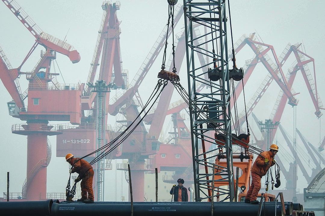 2019年1月14日,工人準備將管道裝到中國江蘇省連雲港港口的一艘船上。