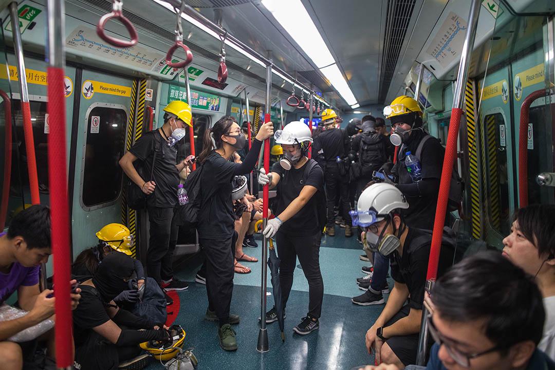 示威者正乘坐地鐵去他們要快閃的地點。