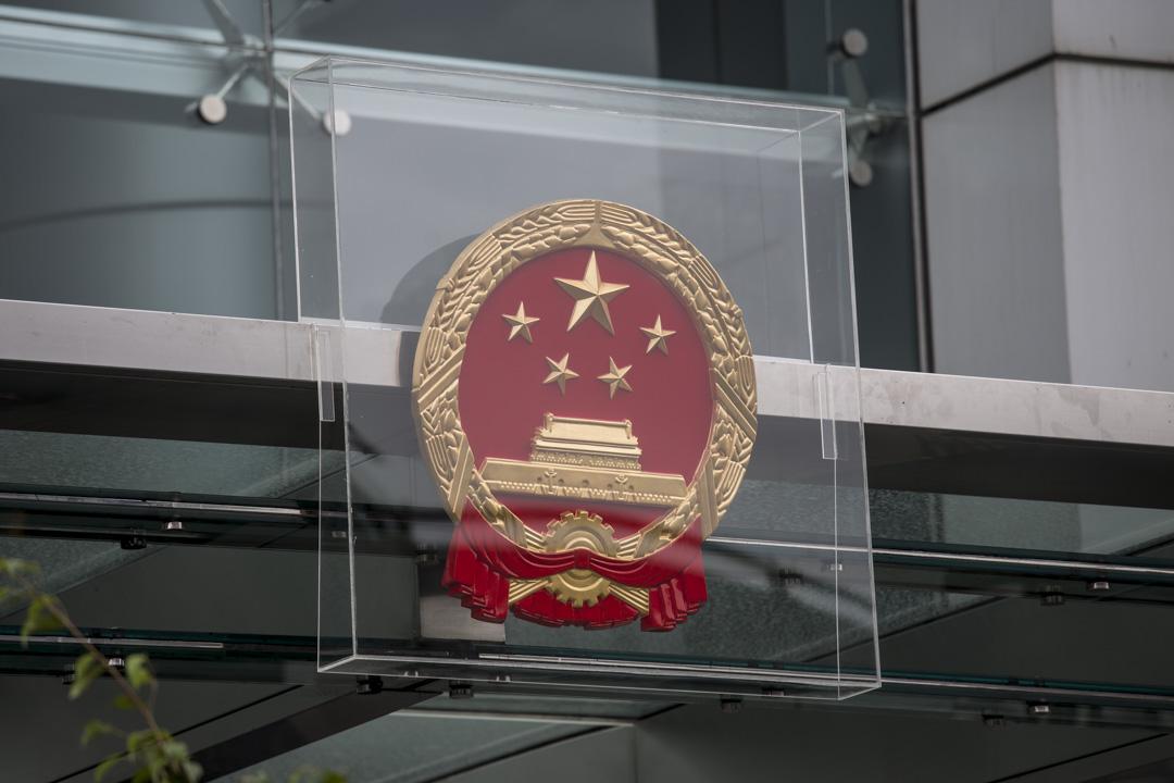 2019年7月28日,中聯辦用透明膠箱保護國徽。