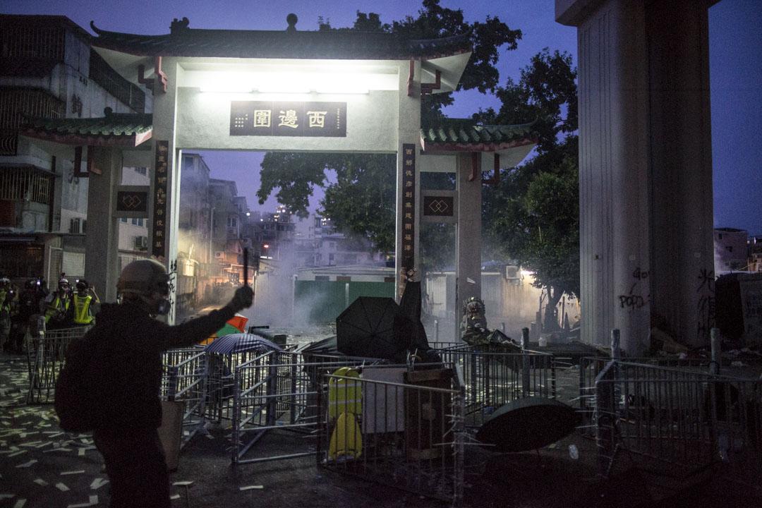 2019年7月27日,元朗西邊圍村外,示威者與警方發生激烈衝突。