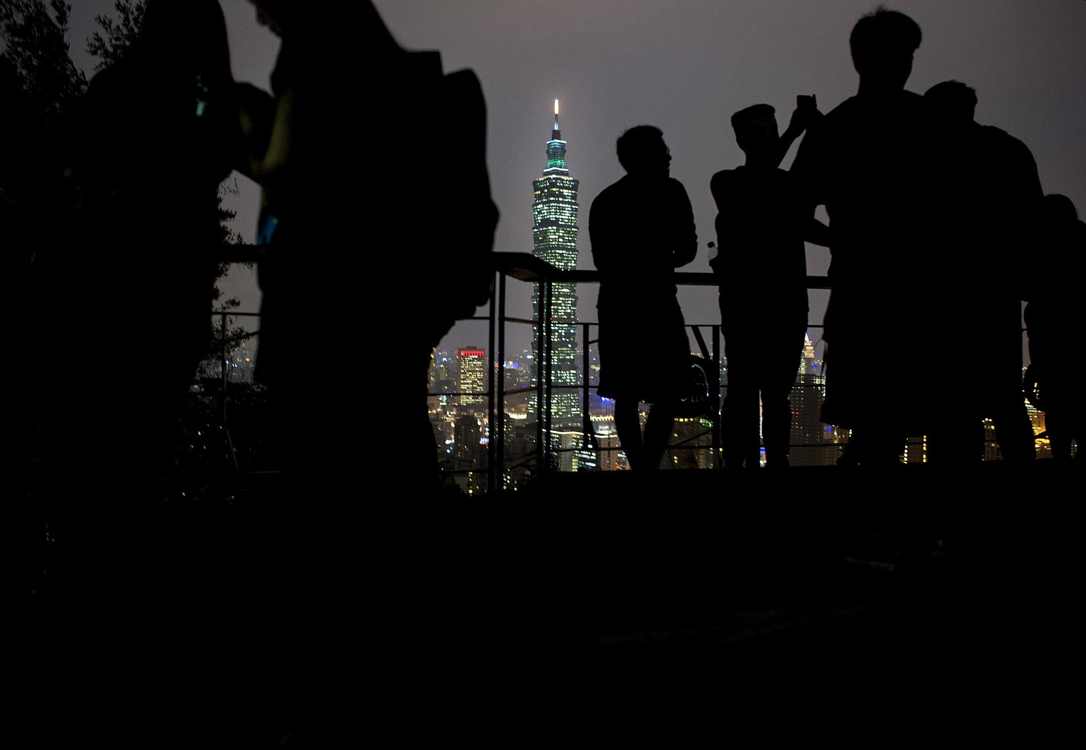 遊客在遠處遙望台北101。 攝:Alexander Koerner/Getty Images)