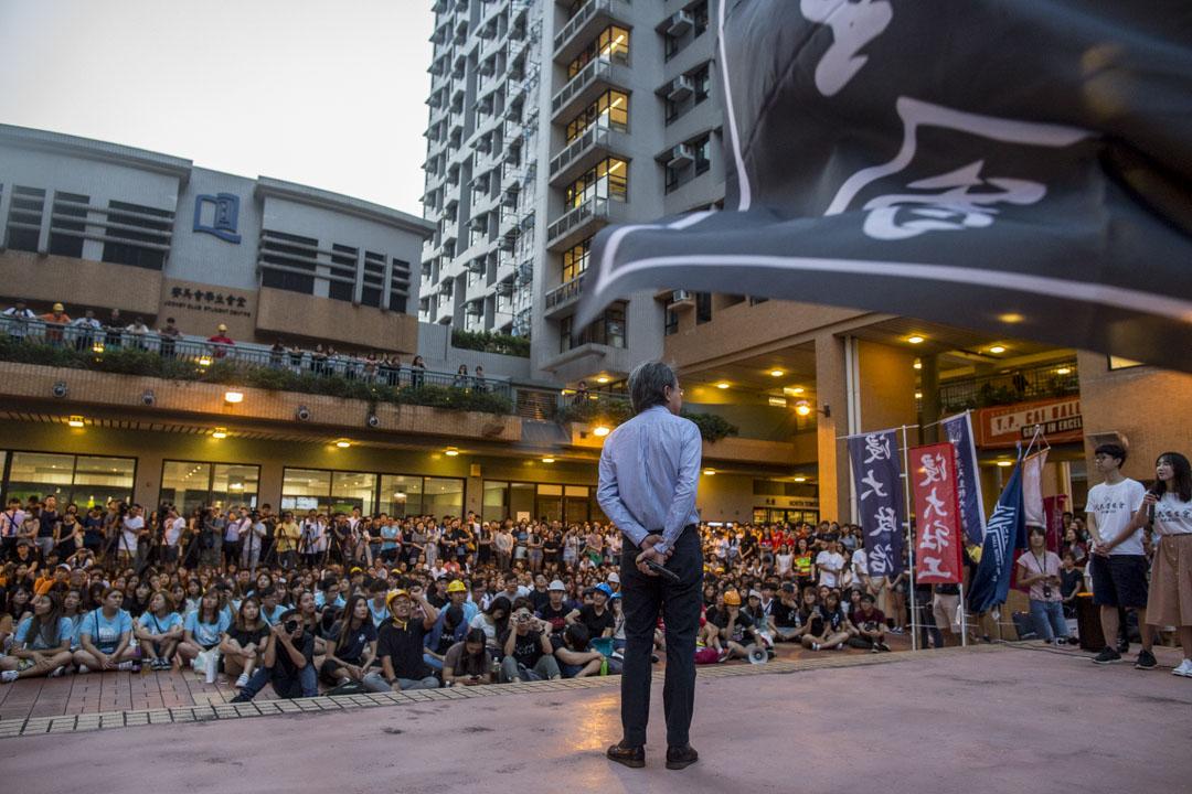2019年8月7日,浸大學生會於校園內舉行集會,以聲援被捕的學生會會長方仲賢,約有300人參與集會,校長錢大康出席並上台發言。 攝:林振東/端傳媒