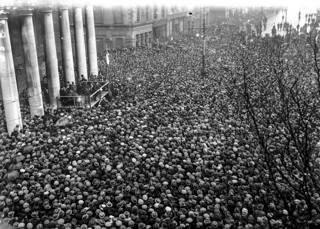 1922年3月,愛爾蘭的獨立戰爭宣告結束,南愛爾蘭26郡成立後,新芬黨領導人邁克爾柯林斯在都柏林發表講話。