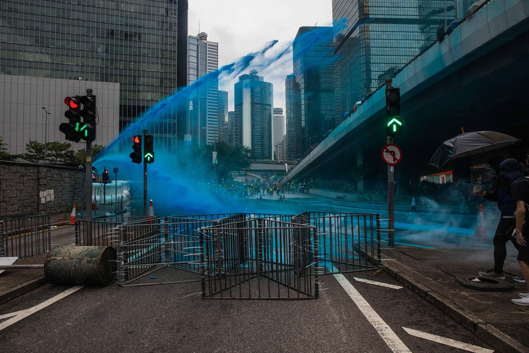 警方在夏慤道周圍以水炮車發射帶有藍色染劑的水柱。