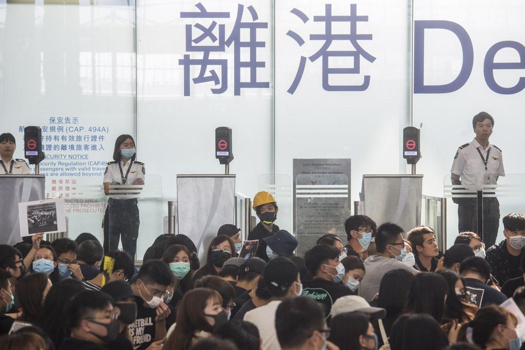 示威者在離境大堂靜坐。