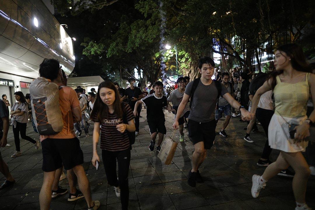 尖沙咀警署外,警方發射催淚彈,市民走避。