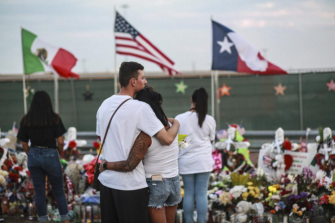 2019年8月15日,市民聚集在美國德州厄爾巴索悼念槍撃案的受害者。  攝:Sandy Huffaker / Getty Images