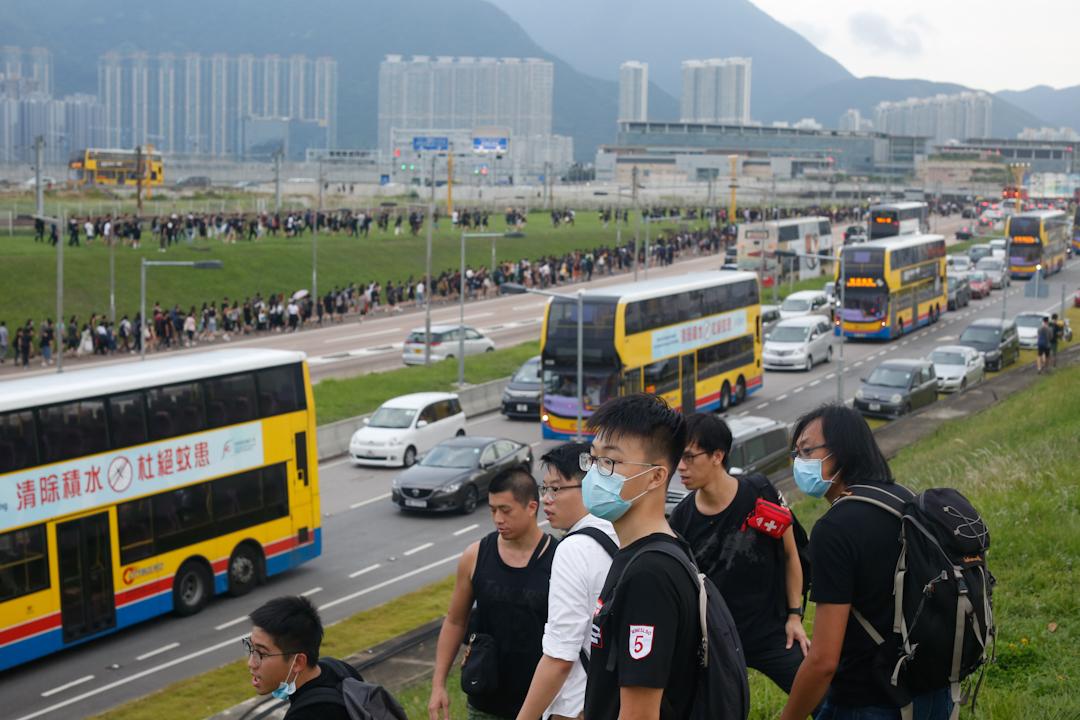 示威者由機場撒退,步行前往東涌。