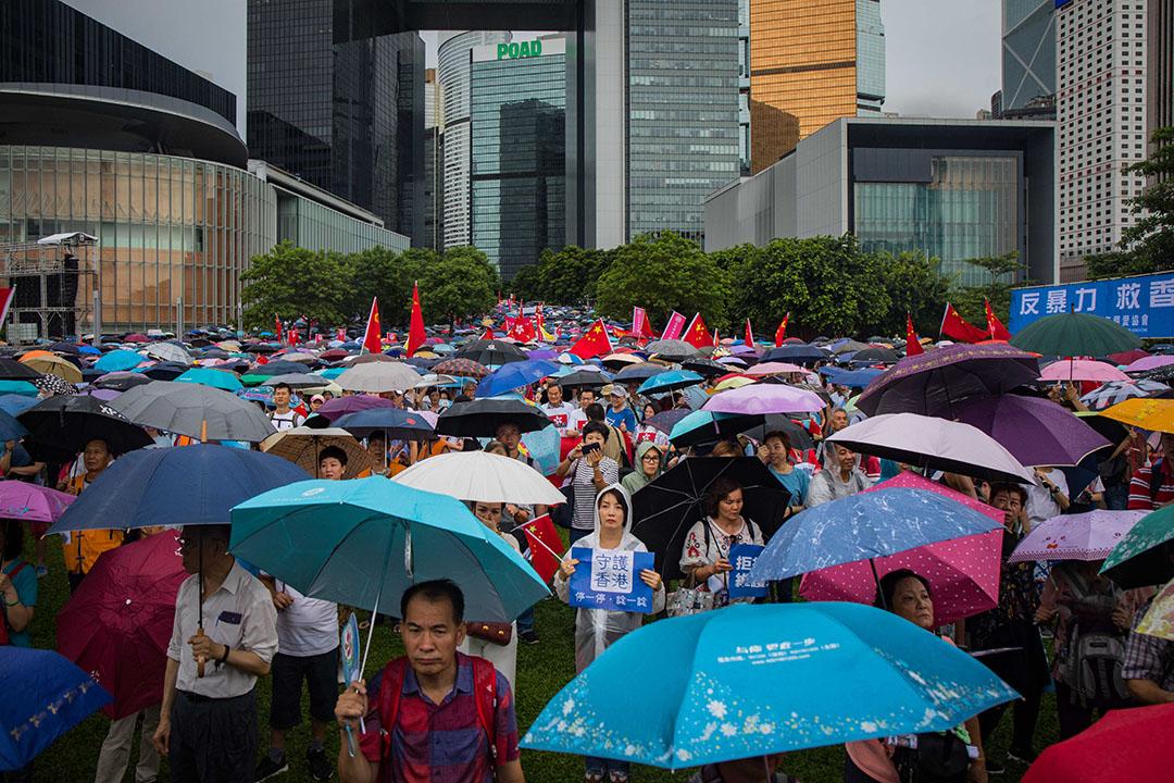 2019年8月17日,「守護香港大聯盟」在金鐘政府總部旁的添馬公園舉辦「反暴力、救香港」集會。  攝:陳焯煇/端傳媒