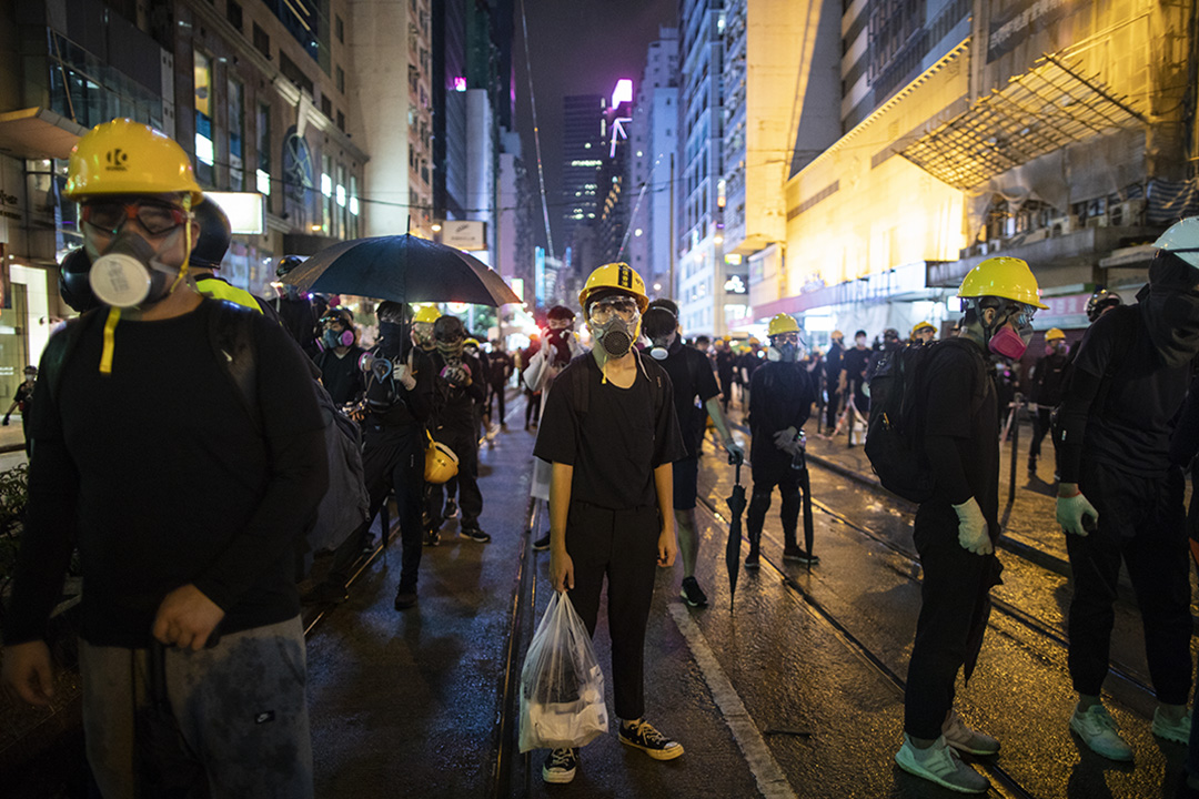 2019年8月31日,一名示威者拿著膠袋在銅鑼灣馬路上。