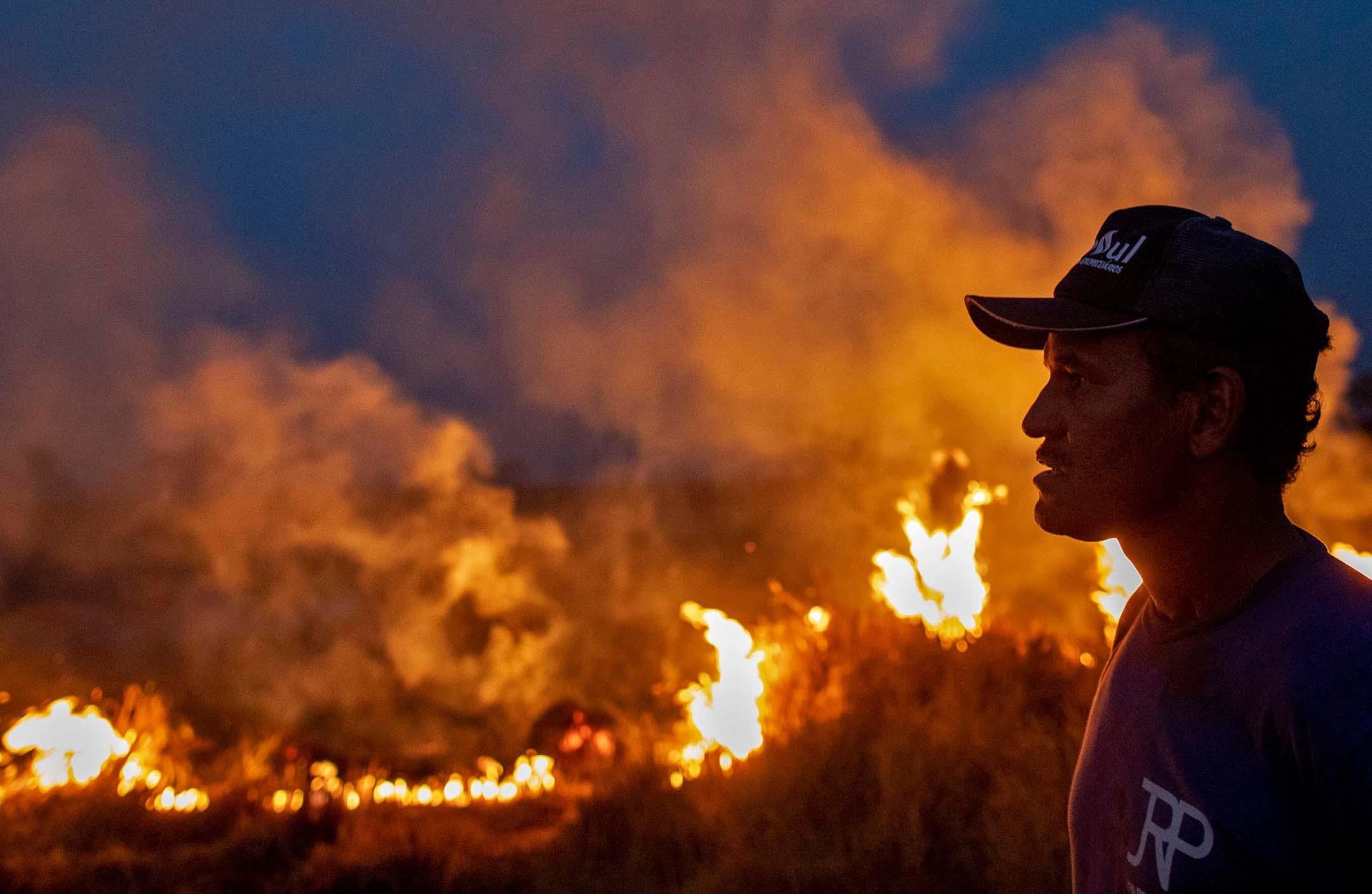 2019年8月23日,亞馬遜火災蔓延至巴西北部Mato Grosso的一個農場。 攝:Joao Laet/AFP/Getty Images