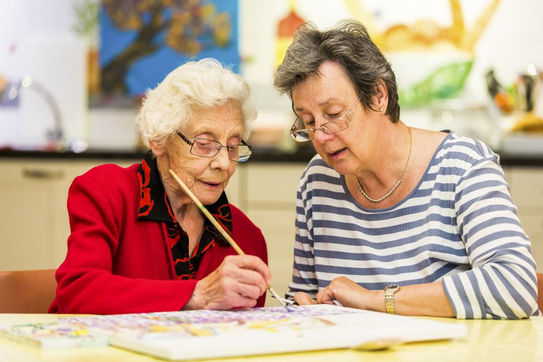村內的老人學習繪畫。
