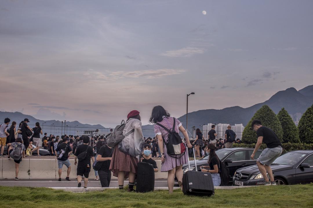 2019年8月12日,參與機場「警察還眼」集會的示威者在傍晚從機場撒退,步行前往東涌。