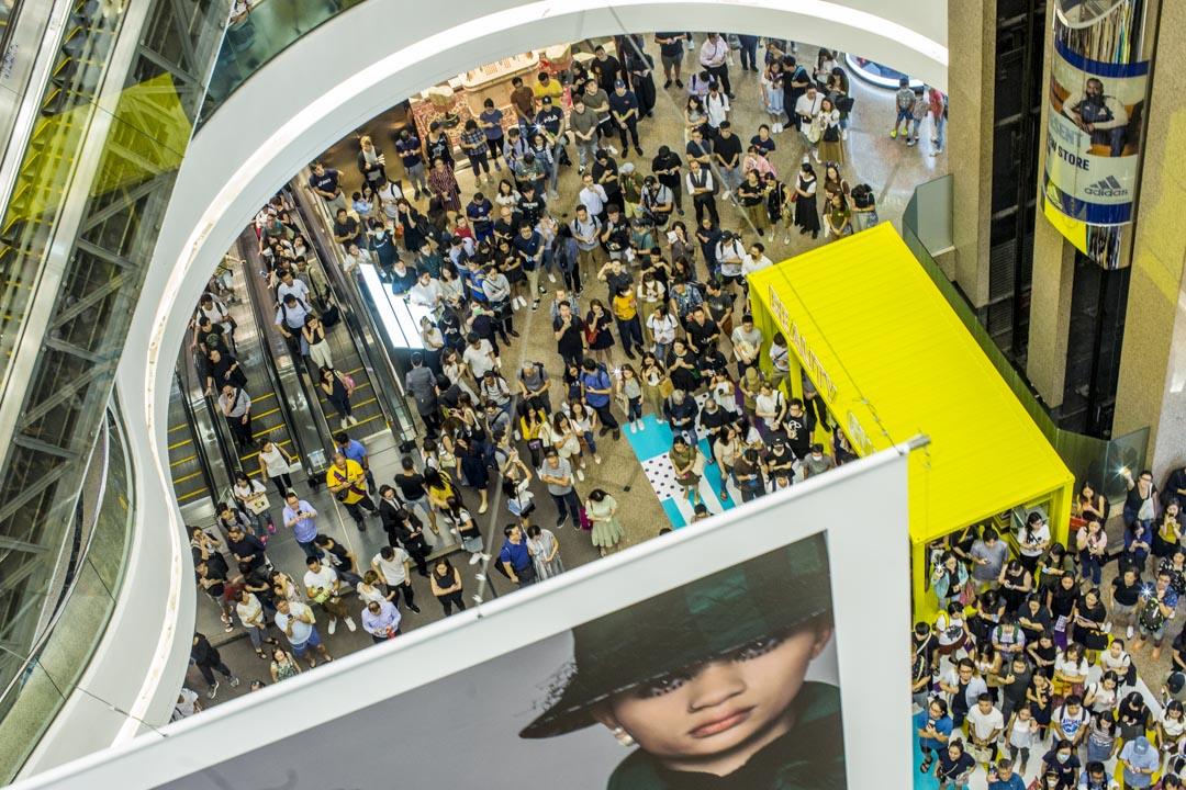 2019年9月12日,銅鑼灣時代廣場,數百市民高唱《願榮光歸香港》。