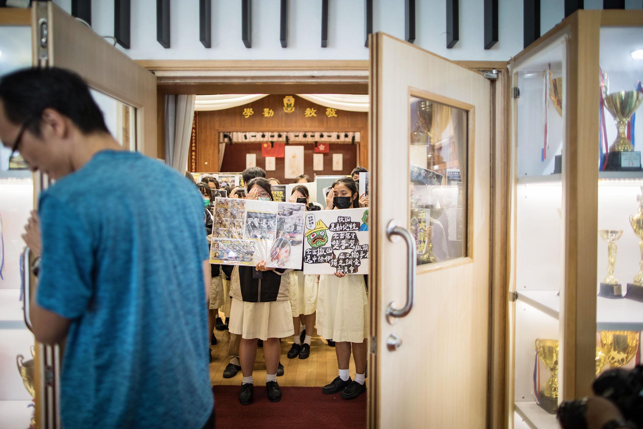 2019年9月3日,大埔孔教學院大成何郭佩珍中學內,學生站立在禮堂內抗議。 攝:陳焯煇/端傳媒