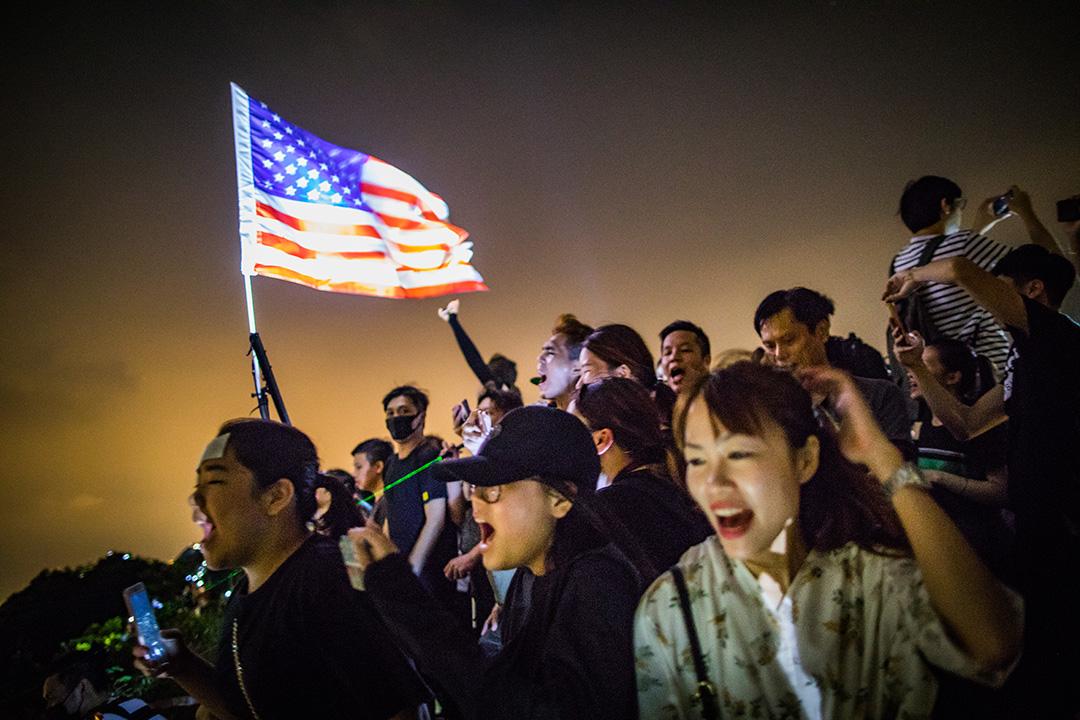 2019年9月13日,大批香港市民登上獅子山共渡中秋,期間有人揮舞美國國旗。