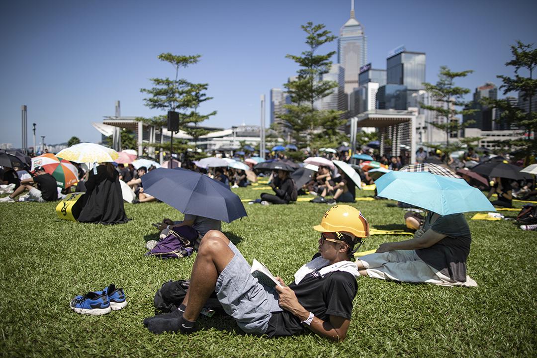 2019年8月5日,全港大罷工,示威者在金鐘集會並看書。 攝:陳焯煇/端傳媒