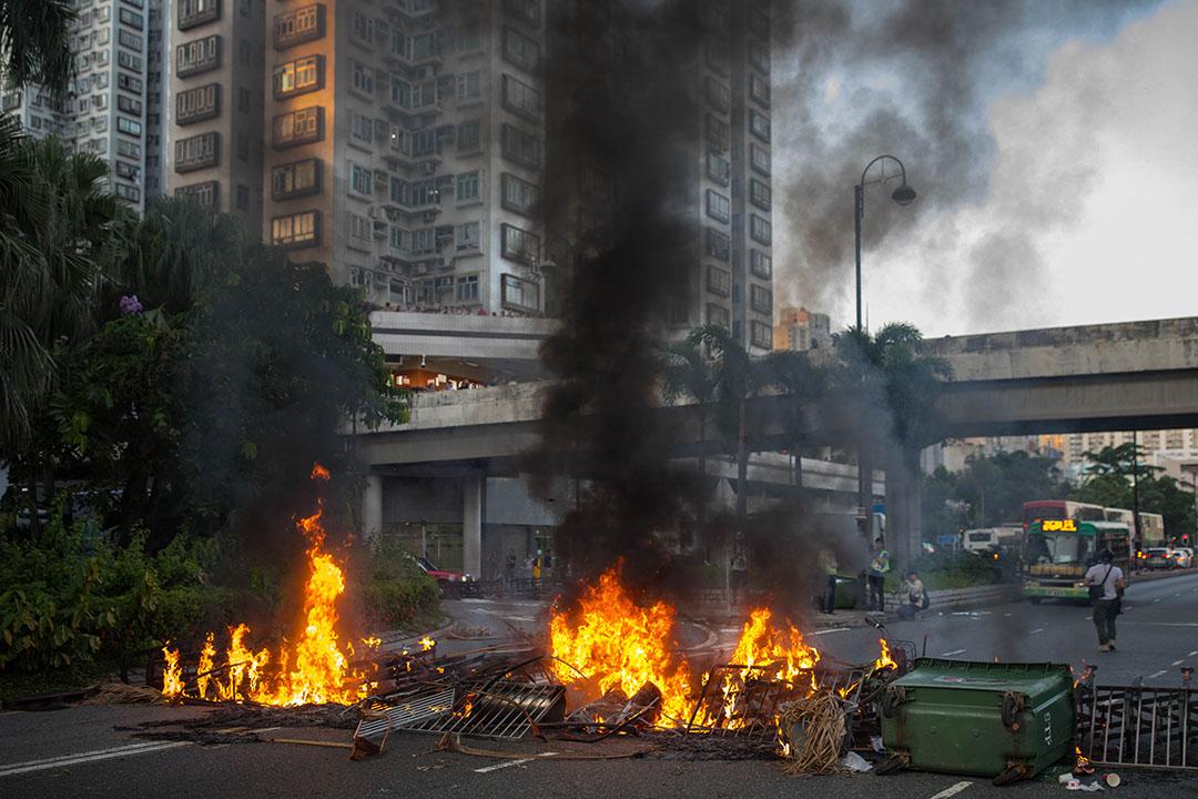 9月22日,下午六點左右,示威者用火築成防線。