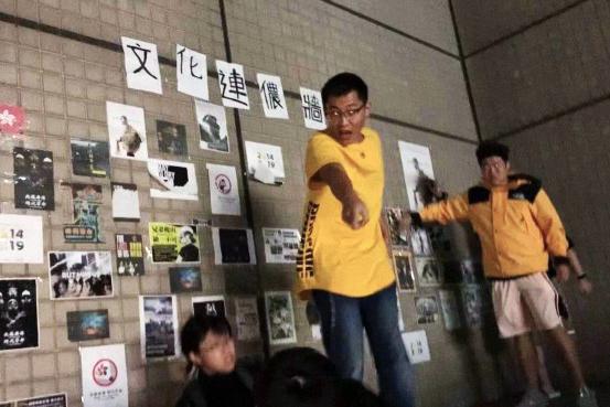 在文化大學,數名中國留學生在撕毀連儂牆,期間曾拉扯一名香港學生。 圖:網絡圖片