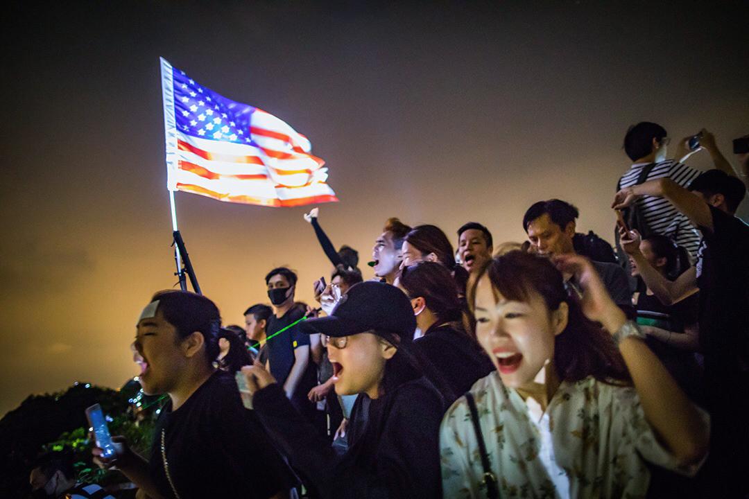 """2019年中秋,一群市民在獅子山頂上高唱""""願榮光歸香港""""。"""