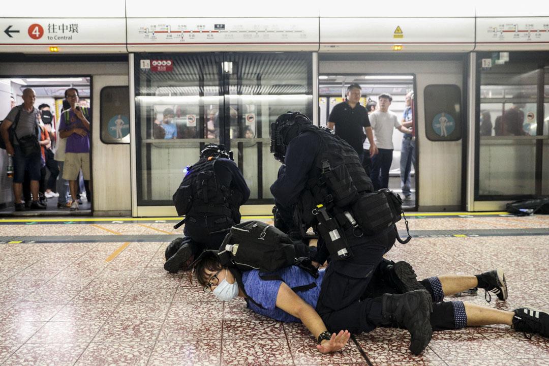 2019年8月31日晚上11時左右,防暴警察在港鐵太子站月台及車廂的乘客以無差別的方式施放胡椒噴劑及以警棍毆打。 圖:端傳媒