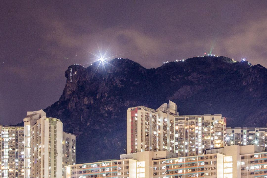 2019年9月13日為中秋節,市民在獅子山上掛上大幅橫額,上書「實行真雙普選」的口號。