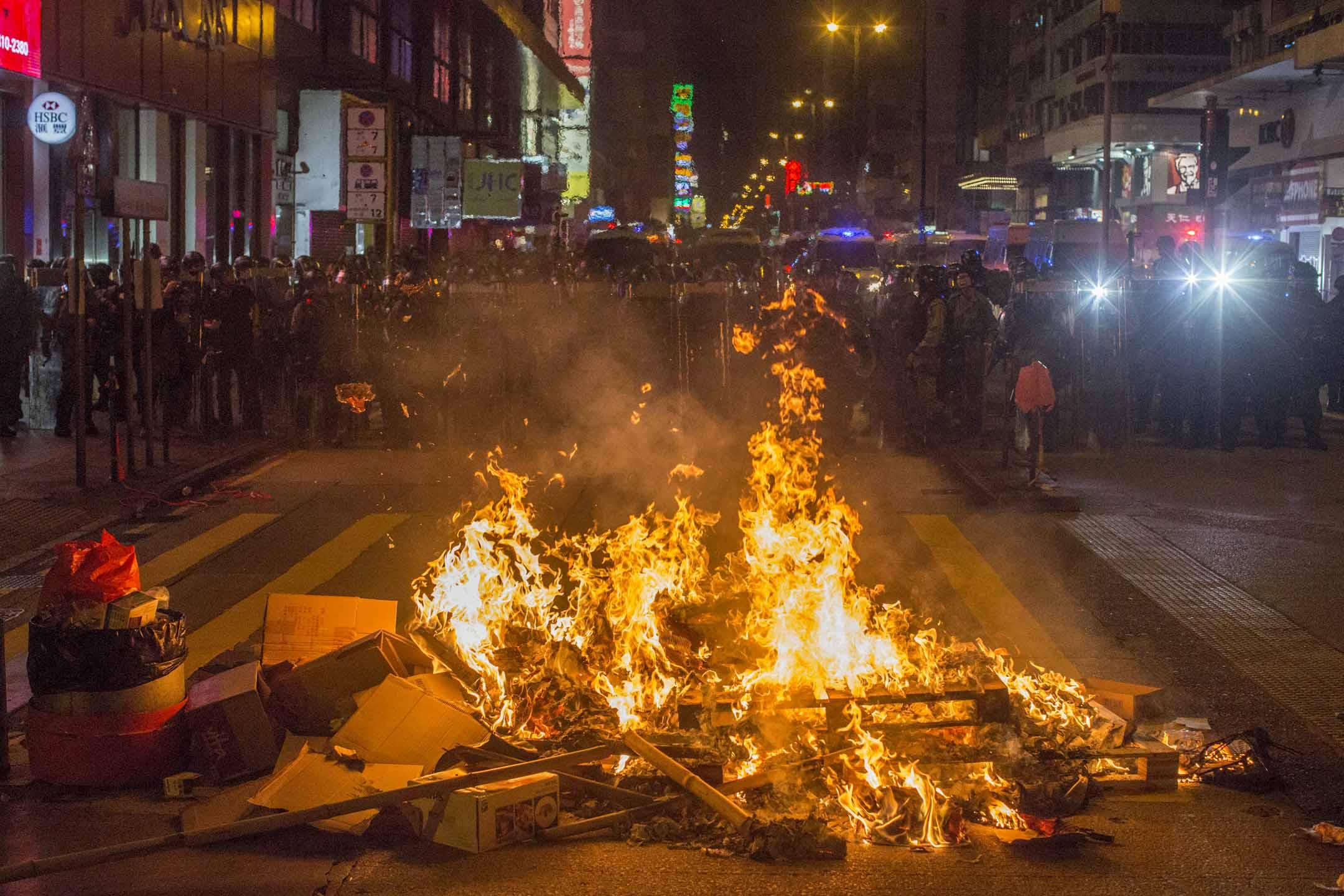 2019年9月6日,防暴警察在示威者在彌敦道縱火的現場。 攝:林振東/端傳媒
