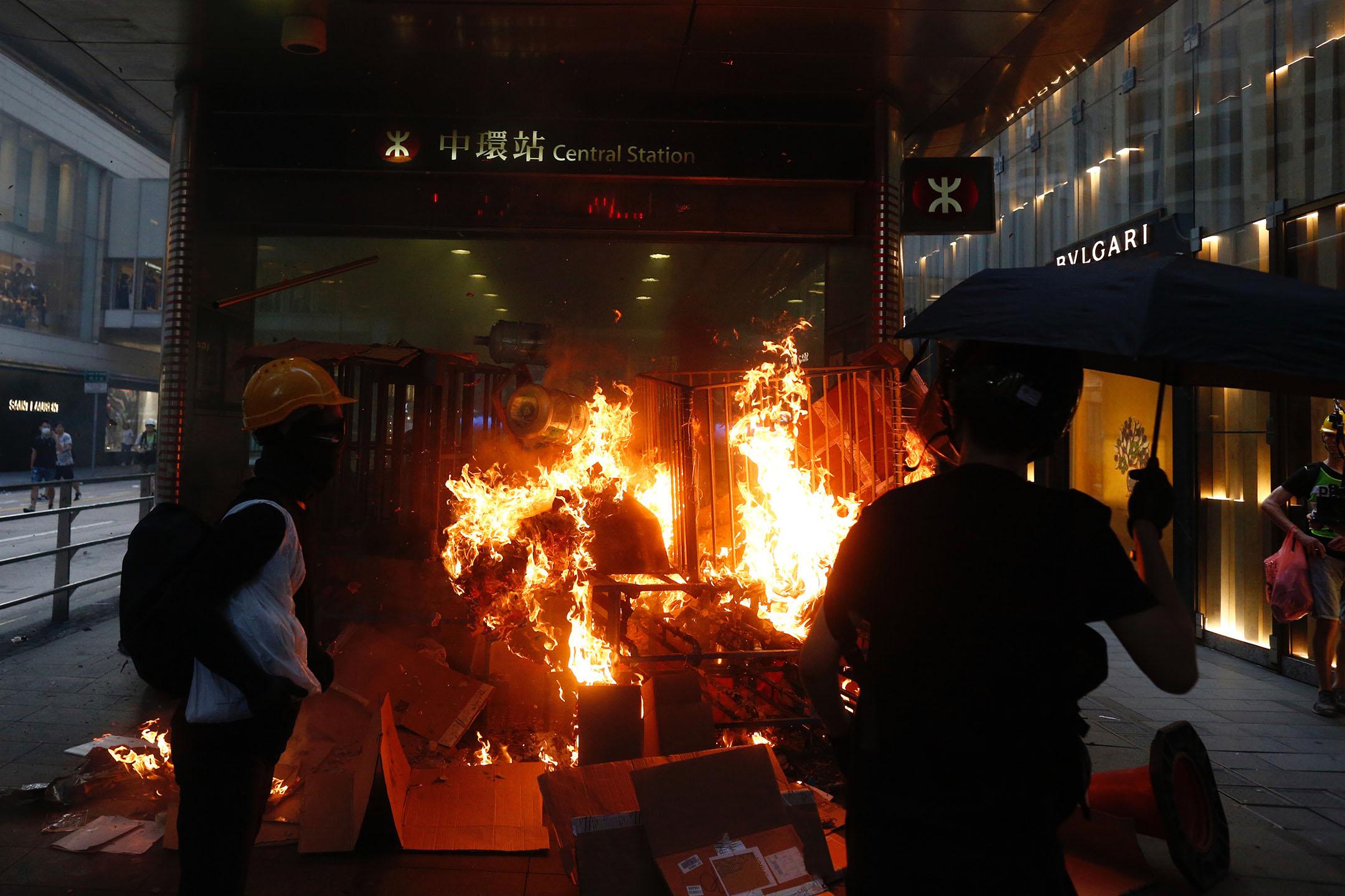 9月8日,下午五點左右,部分示威者在中環港鐵站其中的一個出口外縱火。