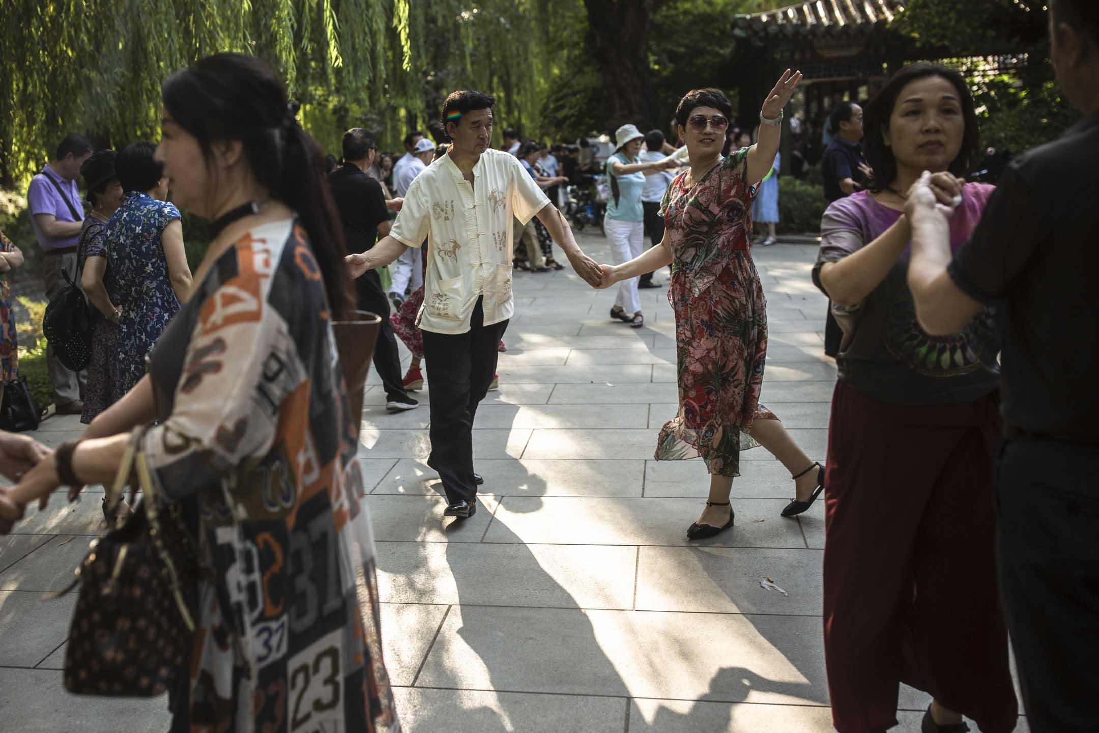 每週二及周六,菖蒲河公園都會聚集一群來此相親的中老年人,跳舞、聊天、相互打量。 攝:尹夕遠/端傳媒