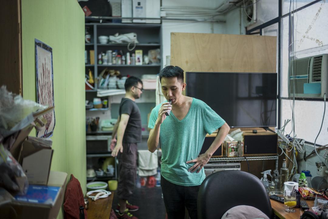 黃衍仁在火炭studio錄製新曲。