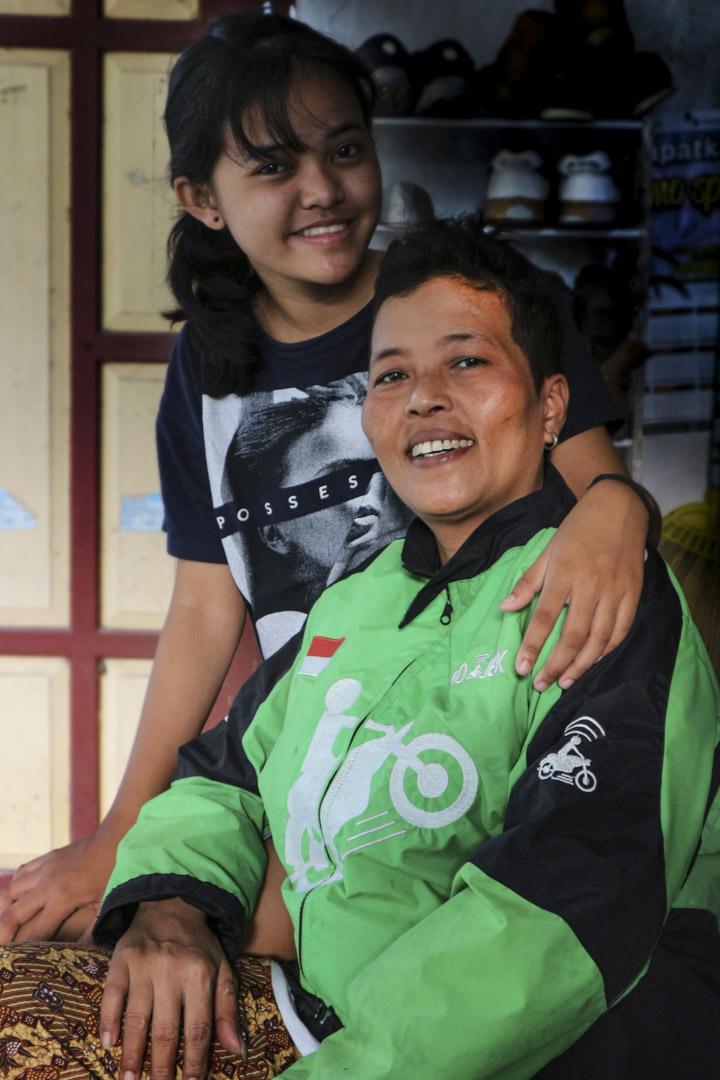 作為兩個孩子母親的 Mbak Septi,目前跟丈夫同樣是一名 Gojek 司機,希望能以此支撐家庭。