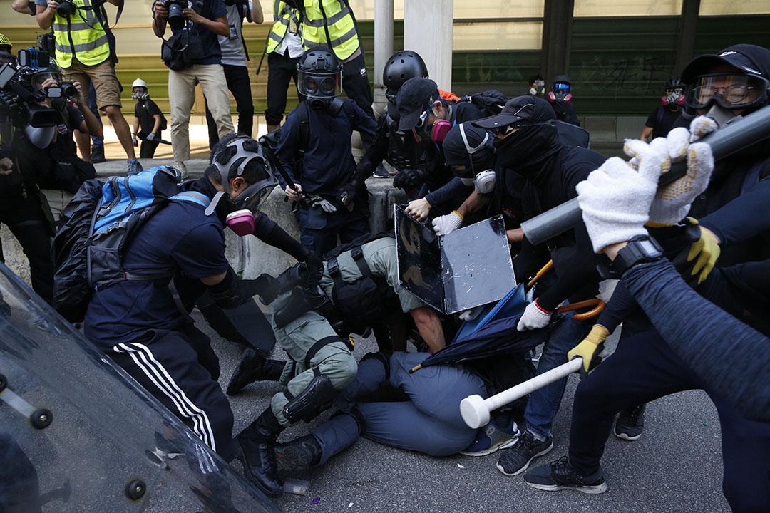 9月21日,下午5點左右,「光復屯門公園」遊行,示威者圍攻一位防暴警察,據香港電台片段,一位示威者搶去警棍,並攻擊警員,另一位示威者意圖搶槍,但並未成功。其他防暴警察到場增援,示威者散去。