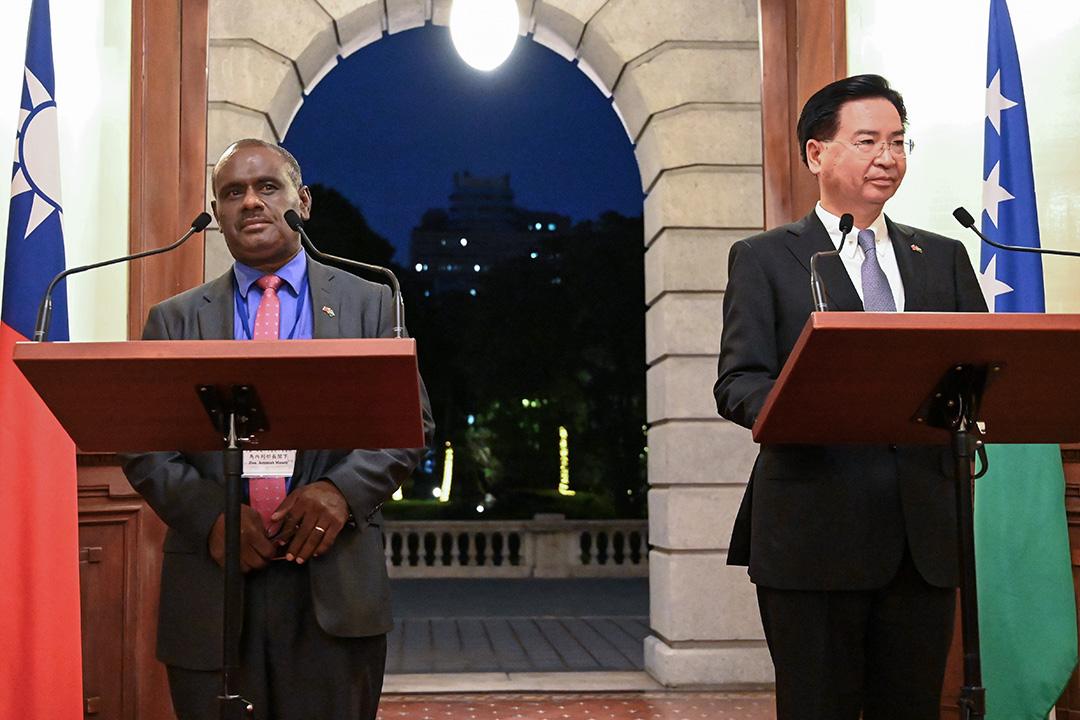 2019年9月9日,台灣外交部部長吳釗燮(右)在台北與所羅門群島外交部長Jeremiah Manele(左)舉行新聞發布會。 攝:Sam Yeh/AFP via Getty Images