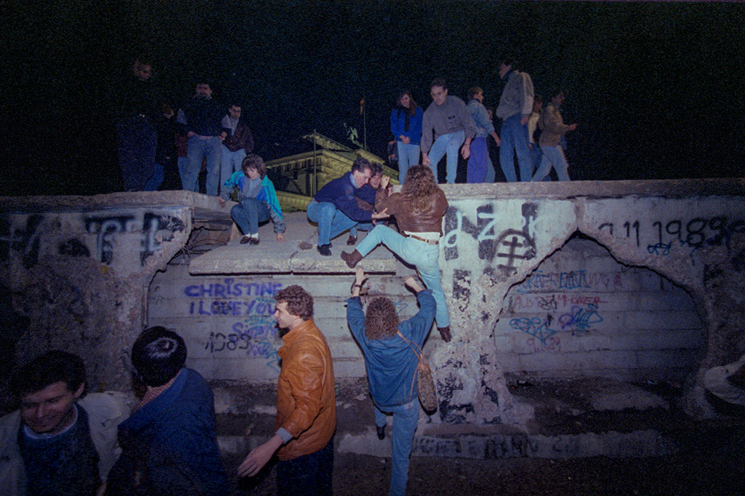 1990年2月19日,來自東德和西德的人在柏林牆上攀爬。