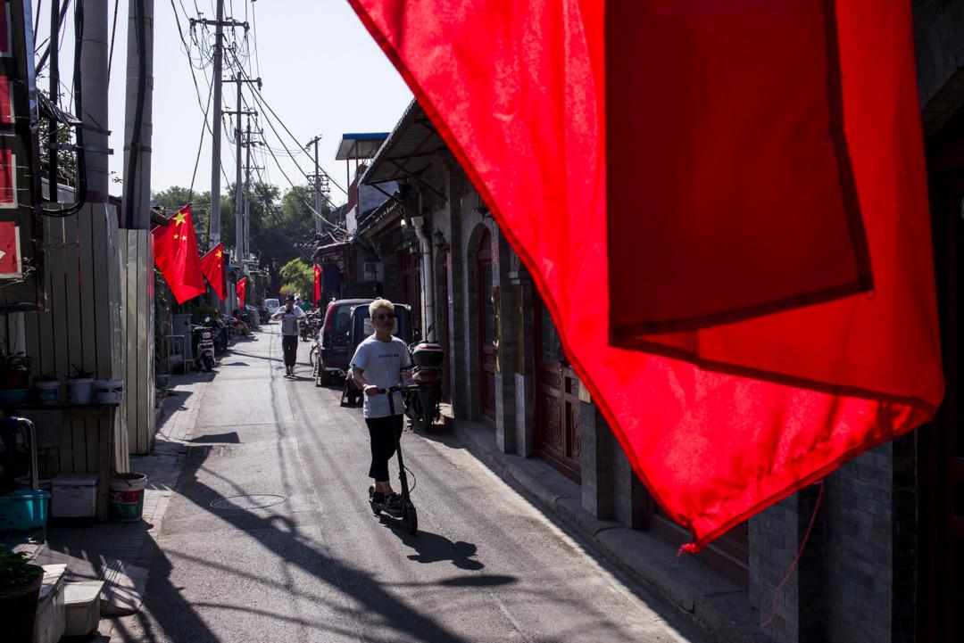 北京胡同的門口都插上了由居委會安排的嶄新國旗。