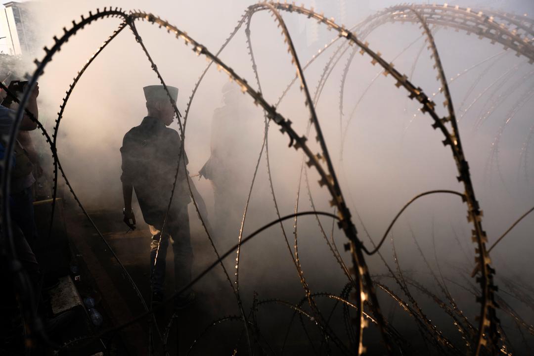 印尼連日引發大規模示威,防暴警以催淚彈驅散示威者。