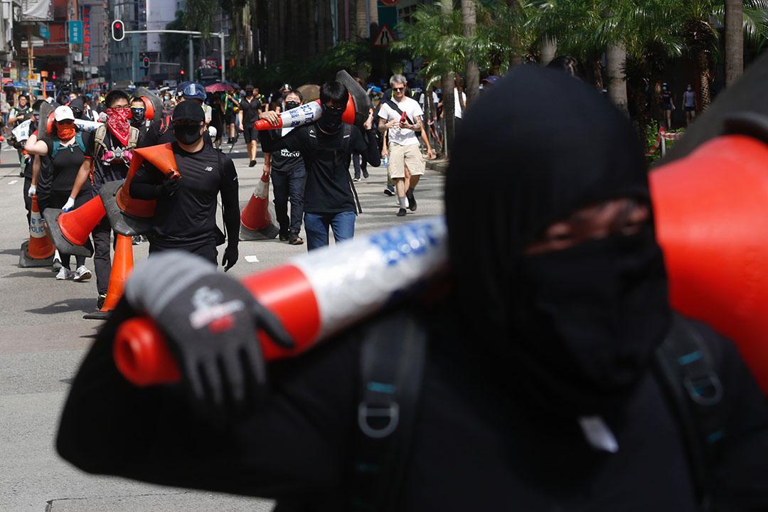 9月15日,下午3點左右,港島舉行「國際民主日」遊行,示威者在龍和道設路障。