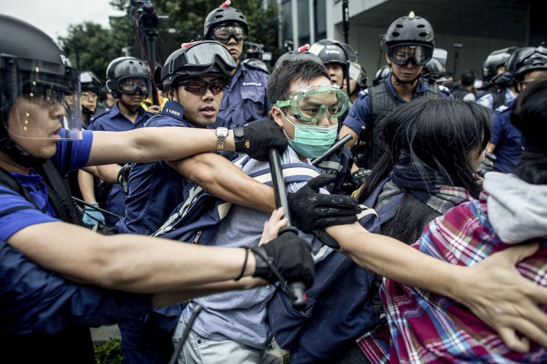 2014年12月1日,雨傘運動中,警察在金鐘拘捕示威者。