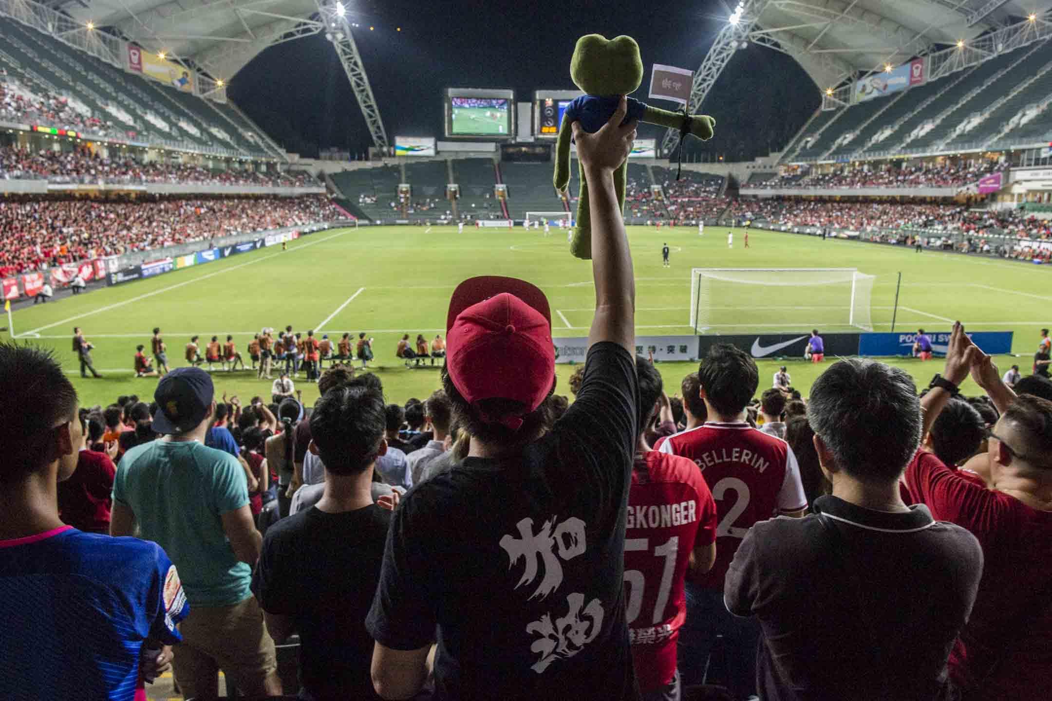 2019年9月10日,香港大球場舉辦世界盃亞洲區外圍賽香港對伊朗的賽事,號召球迷暫時放下各路球會間的恩怨情仇,到大球場支持香港隊。 攝:林振東/端傳媒