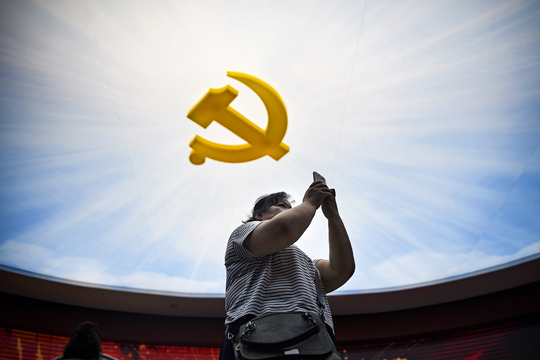 2017年9月8日,一名婦女在北京軍事博物館期間使用手機。