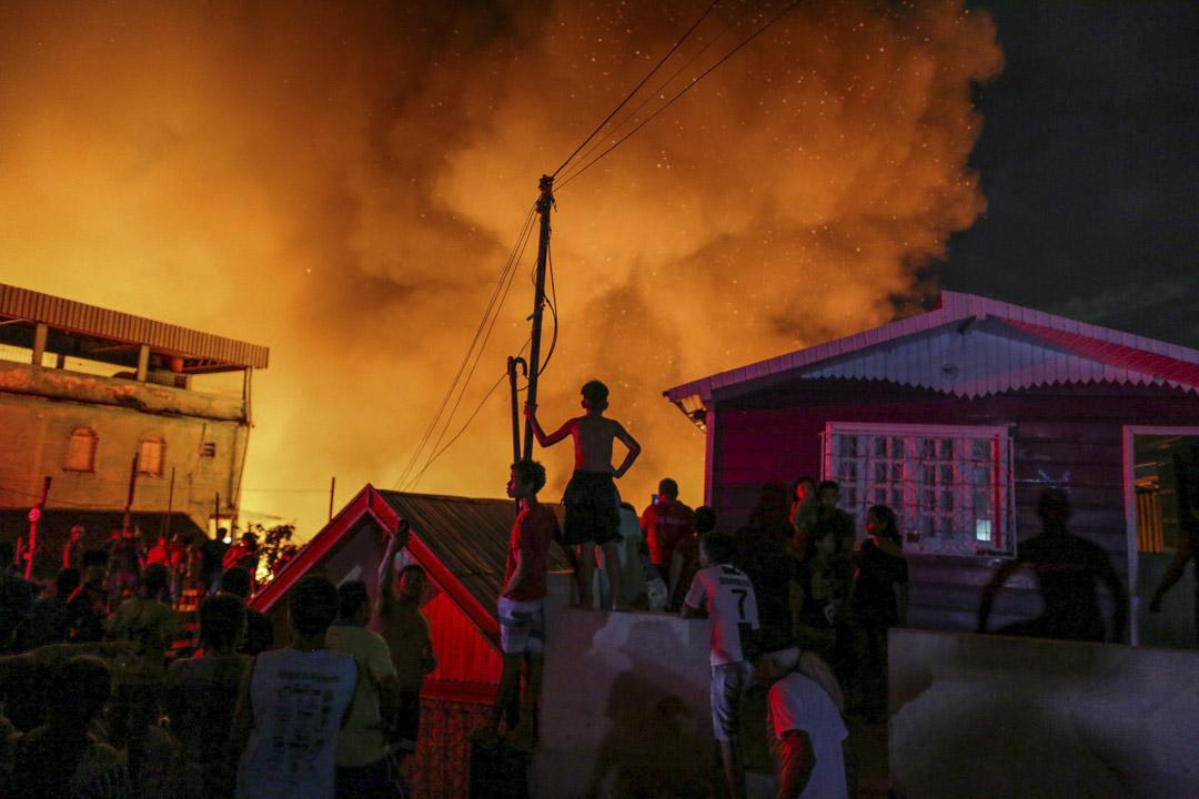 2018年12月17日,馬瑙斯(Manaus)大火摧毀了至少600棟房屋,消防員正控制火災。