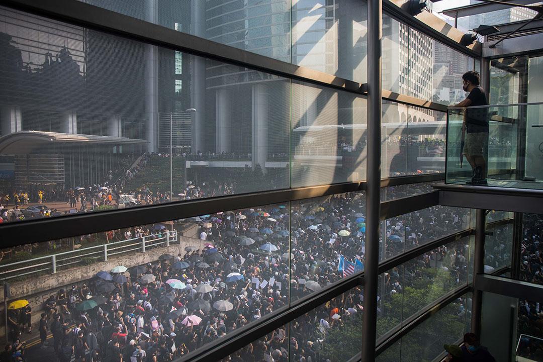 9月8日,下午4點左右,在高處觀看參加香港人權與民主遊行的人群。