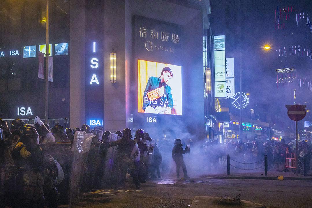 2019年8月4日,防暴警察在銅鑼灣施放催淚彈,驅散佔領馬路的示威者。