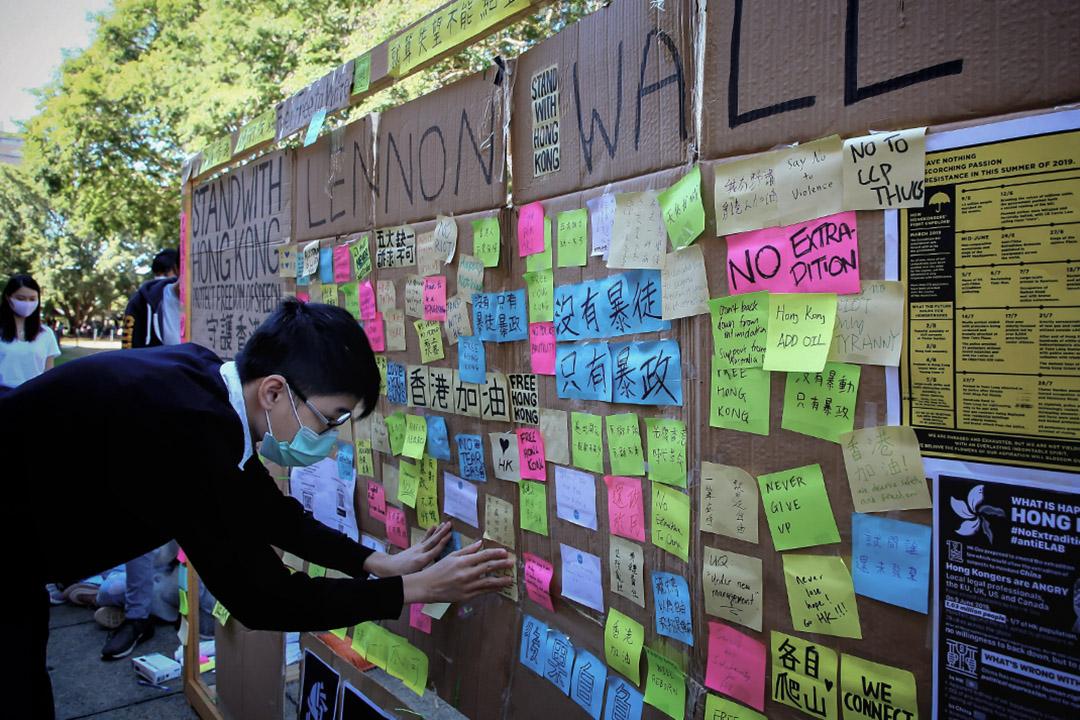"""2019年8月9日,為聲援香港連串的示威活動,於布里斯班昆士蘭大學的臨時""""列儂牆""""上貼了一張紙條。 攝:Patrick Hamilton/AFP via Getty Images"""
