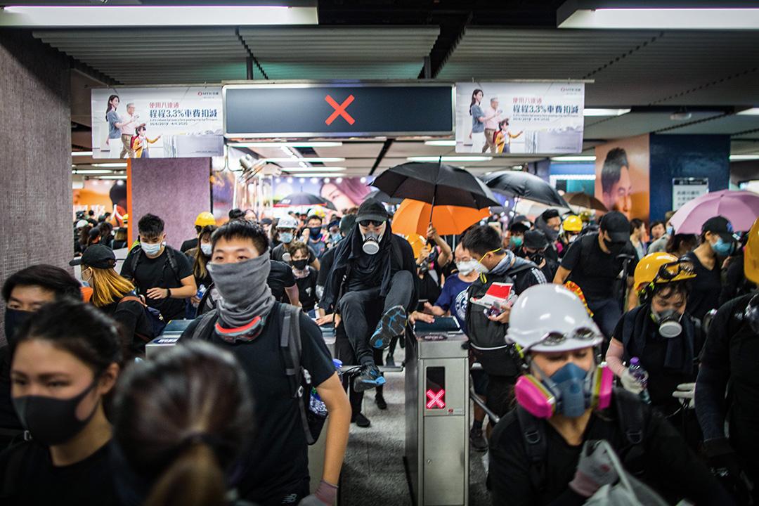 2019年8月5日,全港大罷工,前線的示威者在金鐘示威後,乘地鐵到銅鑼灣。 攝:陳焯煇/端傳媒