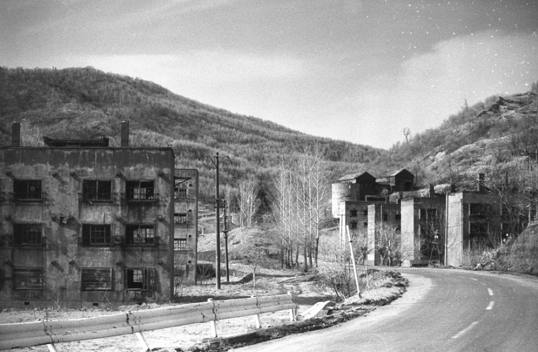 在石油崛起之後,礦業隨著煤礦需求量急速下滑,礦坑相繼閉山。即使是大型財團也難敵這波倒閉潮,三井美唄炭礦在1963年關閉。