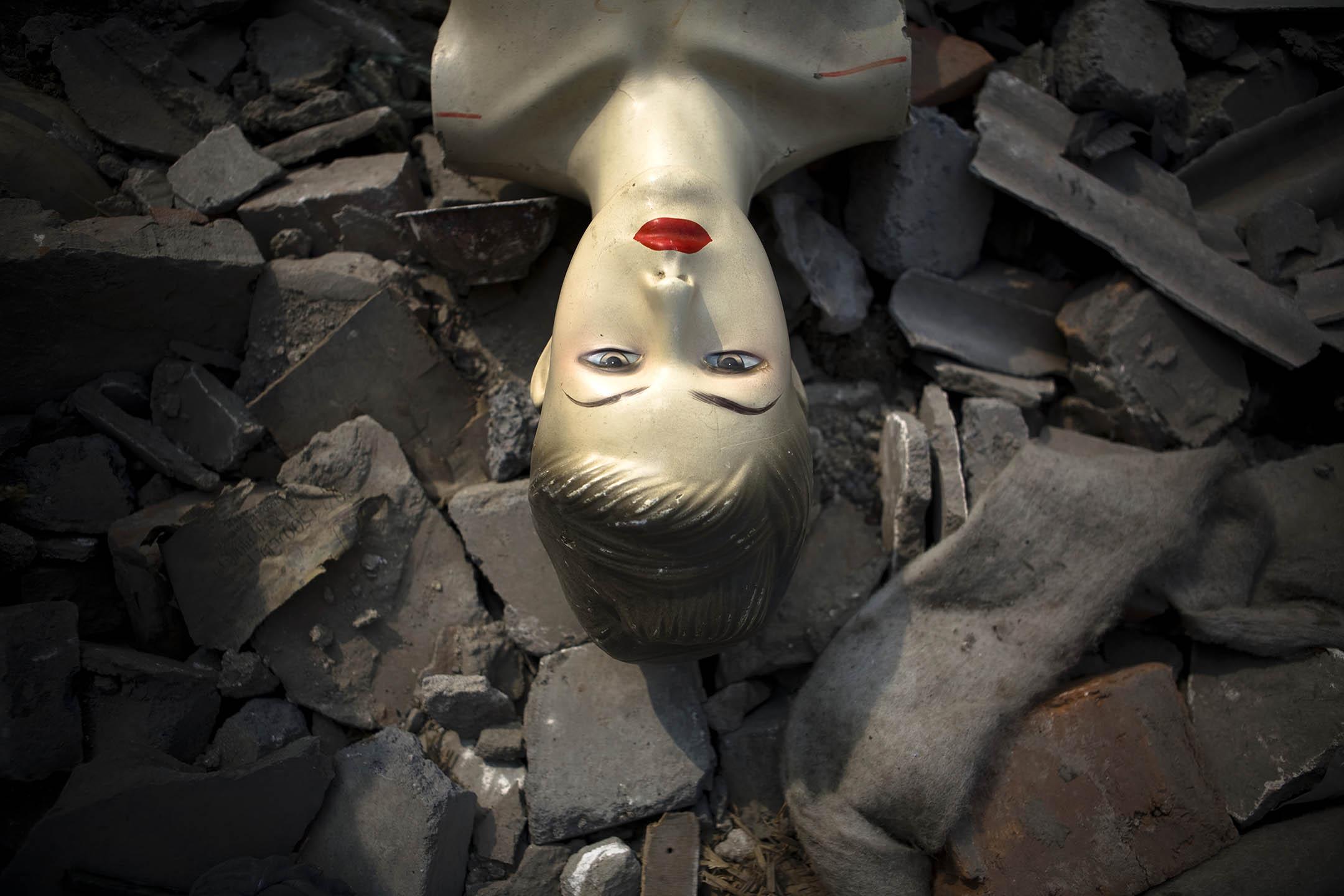 2008年3月10日,一個時裝模特被丟棄在一個中國北京的廢墟上。  攝:Jeff Hutchens/Getty Images
