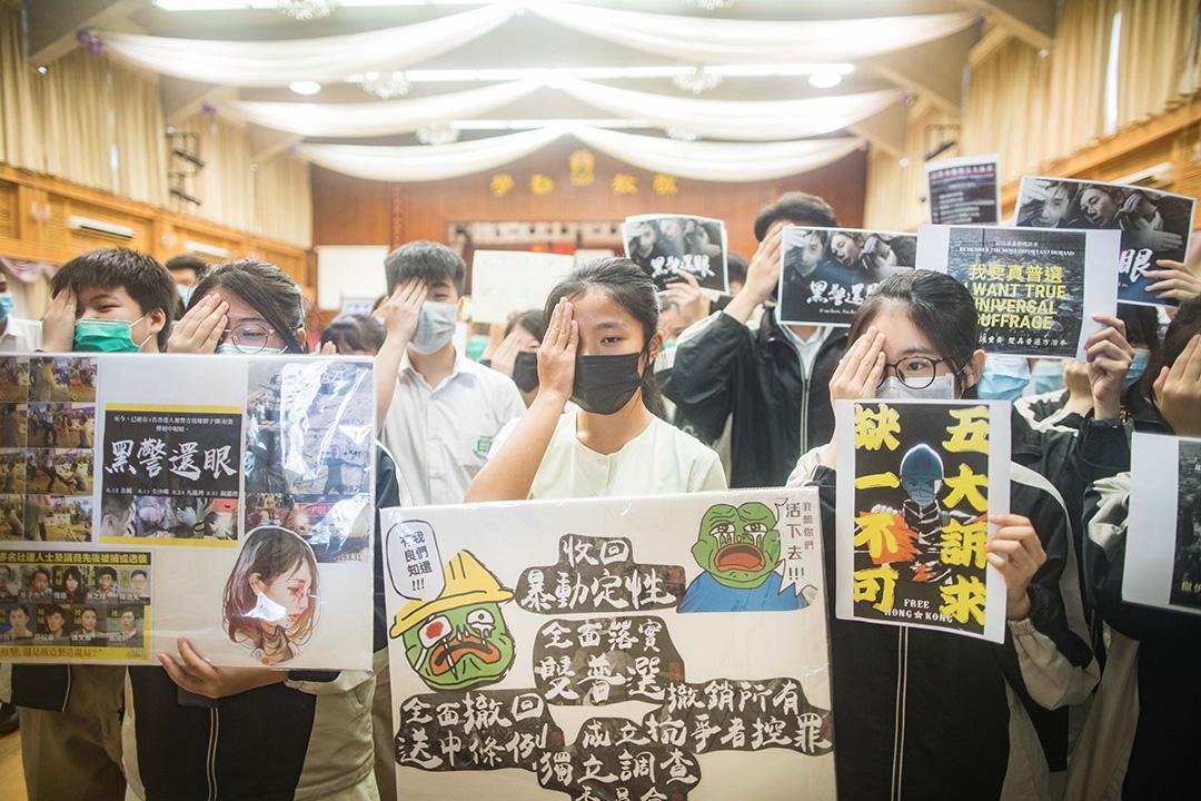 2019年9月3日,大埔孔教學院大成何郭佩珍中學內,學生站立在禮堂內抗議。