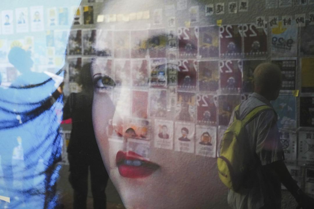 9月28日下午4時起,網民發起「連儂之路」活動,在港島多處張貼反修例運動文宣。