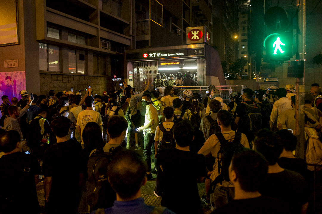 2019年8月31日,港鐵太子站發生防暴警察無差別的毆打乘客後,大量市民不滿並包圍太子站。